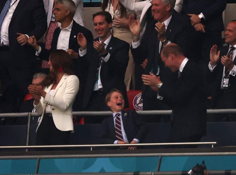 La duchesse de Cambridge chic et casual en veste et boucles d'oreilles à la finale de l'Euro 2021 à Wembley