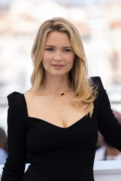 Virginie Efira radieuse en petite robe noire à Cannes, le 10 juillet 2021.