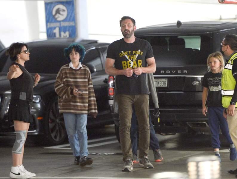 Ben Affleck passe la journée du dimanche 11 juillet à l'Universal Studios CityWalk Mall en compagnie de ses enfants Seraphina et Samuel ainsi que de Emme Muniz, la fille de Jennifer Lopez