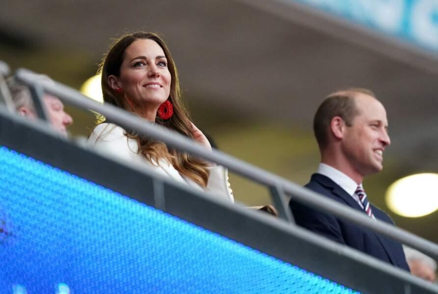 La duchesse de Cambridge porte des boucles cousues à la main en forme de larmes et en laiton plaqué or à la finale de l'Euro 2021 à Wembley