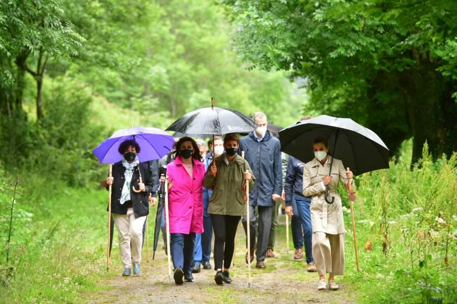 Pour cette randonnée spéciale, Letizia d'Espagne a misé sur un look décontracté-chic avec un tench-coat beige, à Roncevaux, le lundi 12 juillet