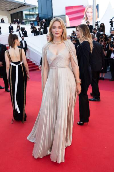 Virginie Efira sublime en robe longue Dior pour la montée des marches du film « Benedetta » à Cannes, le 9 juillet 2021.