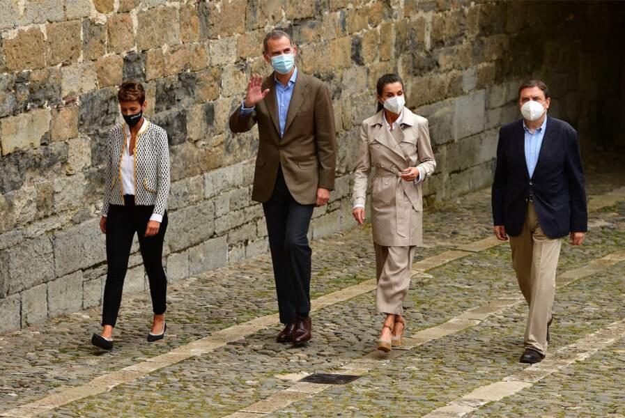 Une fois la randonnée terminée, la reine Letizia d'Espagne n'a pas attendu une minute de plus pour enfiler ses espadrilles préférées, à Roncevaux, le lundi 12 juillet 2021