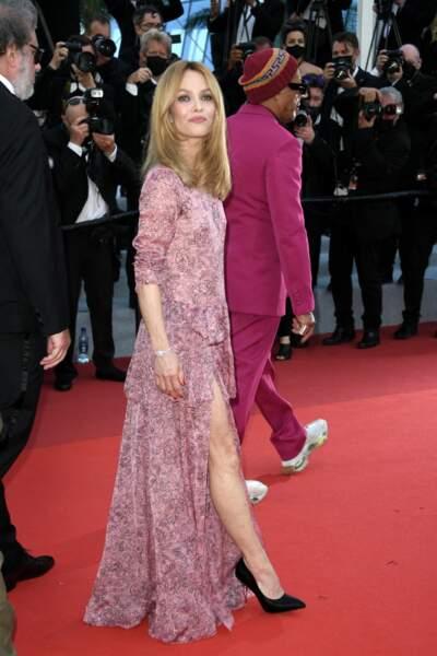 Vanessa Paradis en robe longue fleurie et fendue au festival de Cannes, le 10 juillet 2021