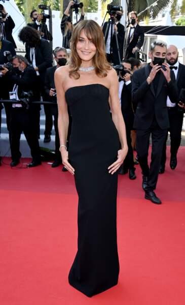 Carla Bruni en robe longue bustier noire Saint Laurent par Anthony Vaccarello le 10 juillet 2021.