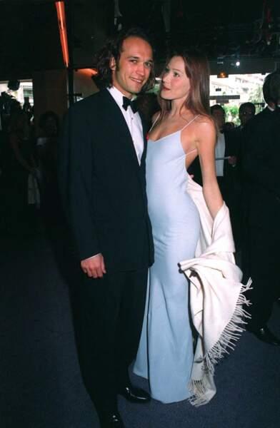 Carla Bruni en robe longue esprit nuisette au festival de Cannes en 1994.