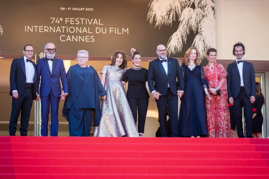 Valérie Lemercier accompagnée par toute l'équipe du film Aline en haut des marches de Cannes.