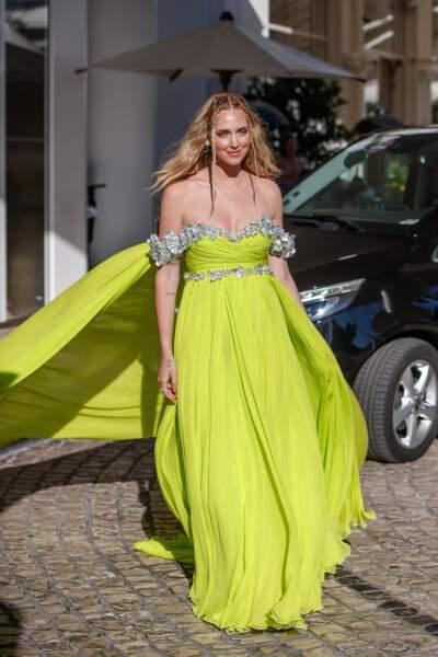 Chiara Ferragni, l'influenceuse italienne rayonne en robe traîne couleur chartreuse signée Giambattista Haute Couture, agrémentée de fleurs en aluminium recyclé fourni par Nespresso