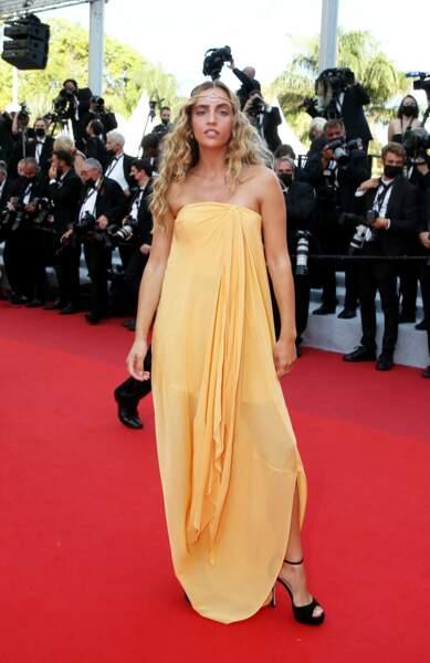 Carla Ginola bohème sur le tapis de la Croisette en longue robe drapée chic