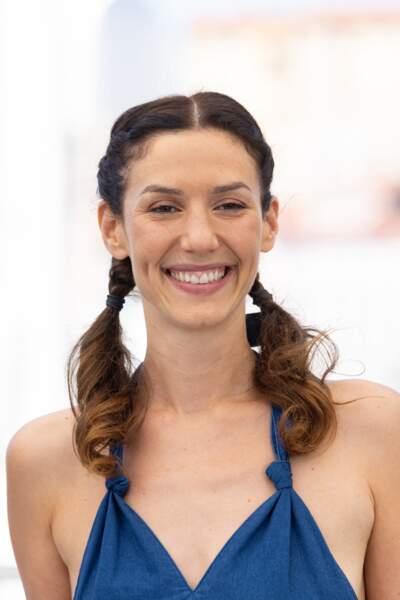 Doria Tillier a pris la pose tout sourire au photocall des Talents Adami lors du 74ème festival international du film de Cannes, le 13 juillet 2021