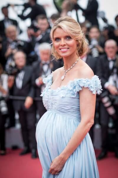 Sylvie Tellier enceinte au festival de Cannes : elle opte pour une robe longue bustier le 10 mai 2018.