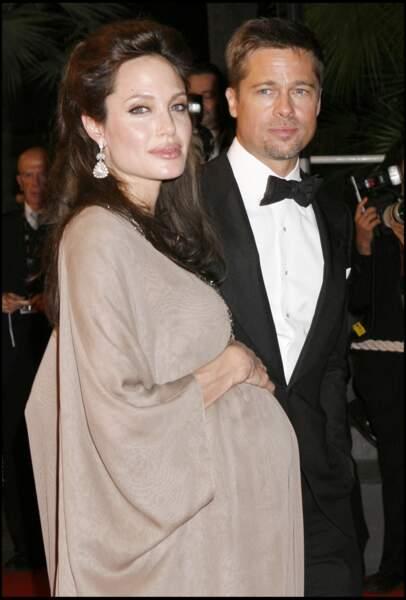 Angelina Jolie enceinte avec Brad Pitt au festival de Cannes : en robe longue taupe en 2008.