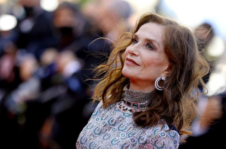 Isabelle Huppert resplendit sur le tapis rouge de Cannes.