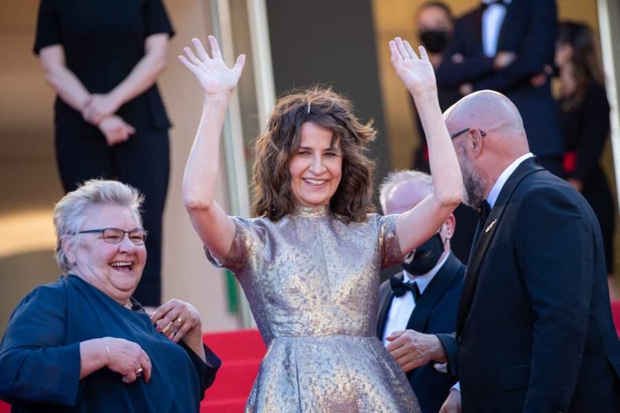 Valérie Lemercier entourée des acteurs de son film Aline, savoure pleinement sa montée des marches.