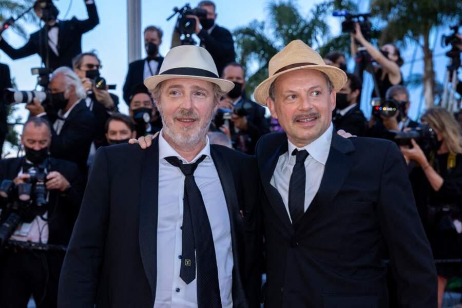 Arnaud Desplechin et Denis Podalydès aperçus en toute décontraction sur les marches du Festival de Cannes.