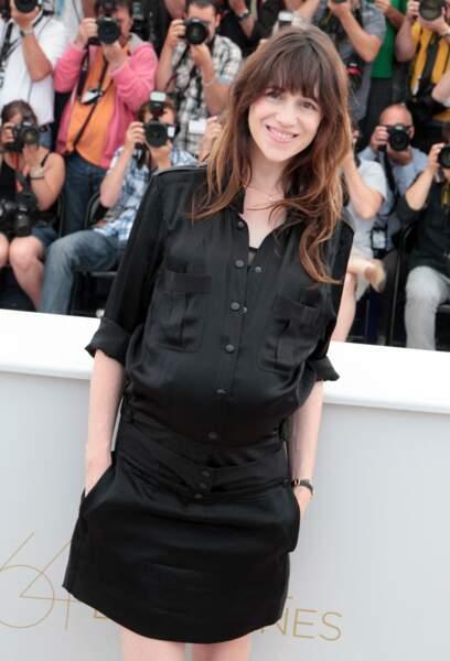 Charlotte Gainsbourg enceinte de son troisième enfant en petite robe noire à Cannes en 2011.