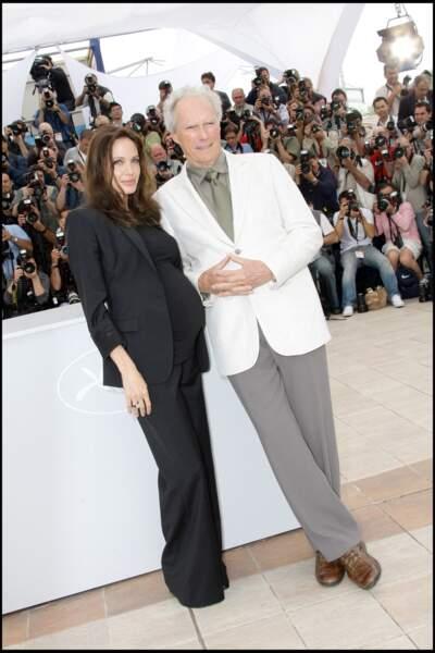 Angelina Jolie enceinte au festival de Cannes : en costume d'homme noir en 2008.