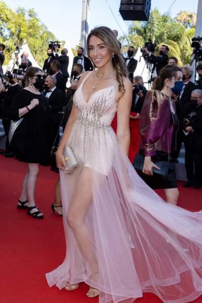Delphine Wespiser, Miss France 2012, habillée en Christophe Guillarmé, n'a pas manqué d'attirer les regards des festivaliers.
