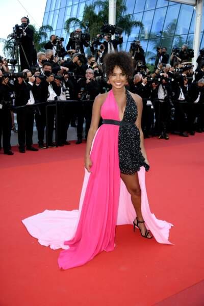 L'influenceuse parisienne Paola Locatelli porte une robe Pinko,  développée spécialement pour elle