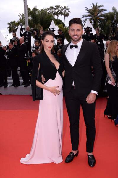 Nabilla Benattia enceinte au festival de Cannes avec son mari Thomas Vergara : elle rayonne en robe longue et fluide le 19 mai 2019.