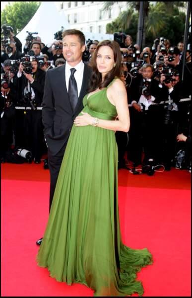 Angelina Jolie enceinte avec Brad Pitt au festival de Cannes : en robe longue verte ultra glamour en 2008.