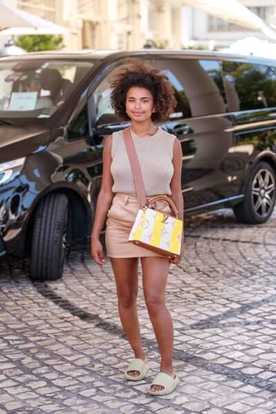 Paola Locatelli casual porte le sac Capucines Louis Vuitton au 74ème Festival International du Film de Cannes