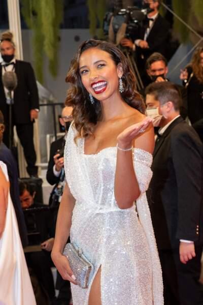 L'ex miss France 2014, Flora Coquerel a opté pour une sublime robe blanche et brodée Dresnusha Xharra au 74ème Festival International du Film de Cannes