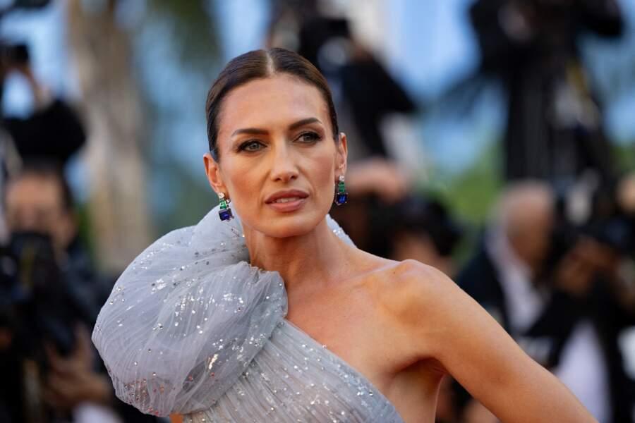 La mannequin Nieves Alvarez, sublime en robe bleu ciel Elie Saab électrise le tapis rouge.