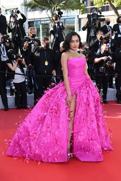 La célèbre influenceuse du Moyen-Orient Fatima Almomen élégante et féerique en robe fuchsia de Rami Kadi au 74 ème festival international du film à Cannes