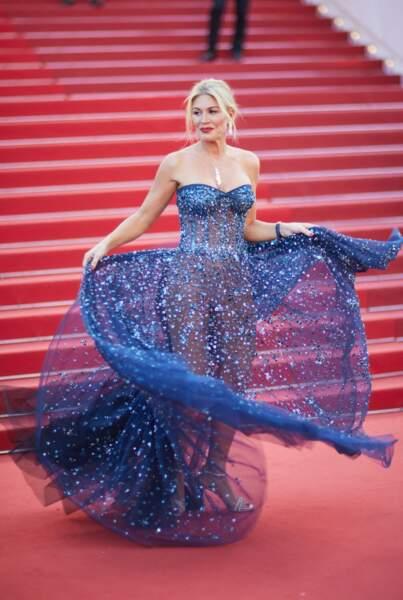 Hofit Golan jouant avec sa robe sur les marches du festival de Cannes.
