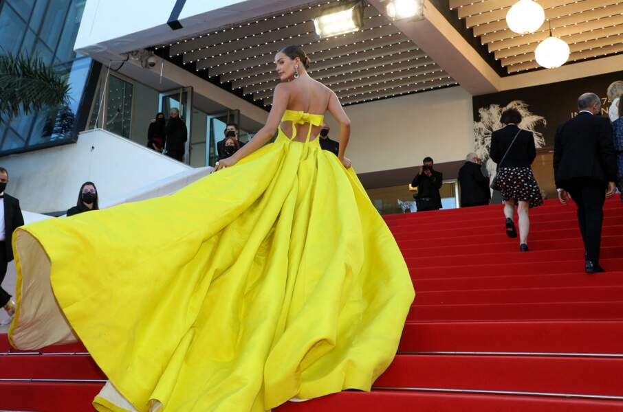 Noel Capri Berry impressionnante dans une robe jaune fluo signée Ashi.
