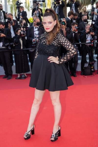 Roxane Mesquida enceinte au festival de Cannes : en robe noire courte cette fois le 9 juillet 2021.