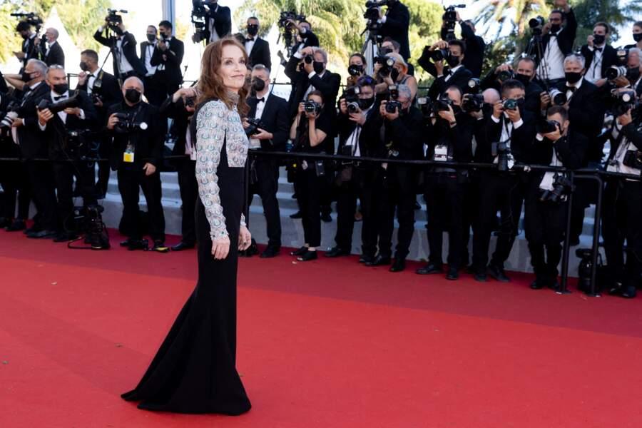 Isabelle Huppert pour la montée des marches du film « Aline ».