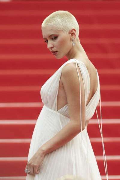 Pour parfaire sa tenue, Iris Law avait choisi des somptueux bijoux Bulgari.
