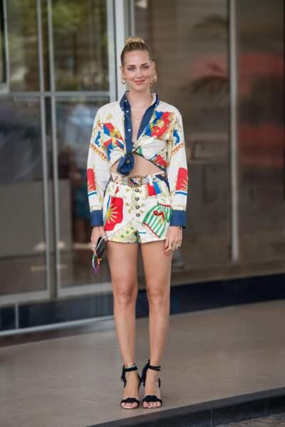 Chiara Ferragni rayonnante et solaire en chemise et short en popeline à imprimé nautique avec sandales à cordon, le tout signé Etro printemps-été 2021 au 74e Festival de Cannes