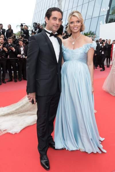 Sylvie Tellier enceinte, avec son mari Laurent, au festival de Cannes : elle opte pour une robe longue bustier le 10 mai 2018.