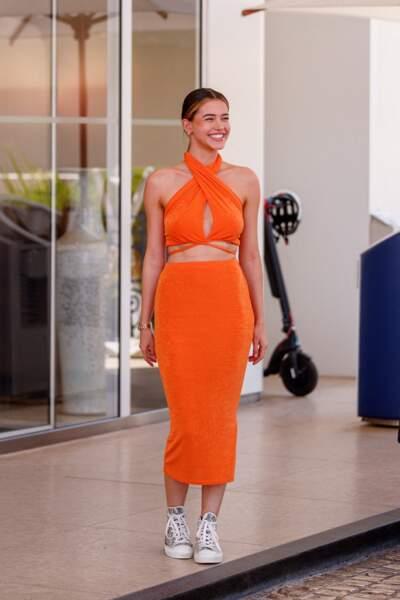 Lea Elui solaire en ensemble orange fluo à la sortie de l'hôtel Martinez au 74 ème festival international du film à Cannes