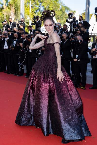 Le top Coco Rocha a fait sensation dans une robe du soir bustier drapée asymétrique en gaze dégradée de bordeaux à noir effet de laqué à mat Dior Haute Couture.