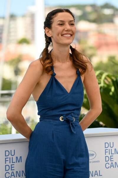 Doria Tillier ravissante dans une combinaison bleue ceinturée, au photocall des Talents Adami lors du 74ème festival international du film de Cannes, le 13 juillet 2021