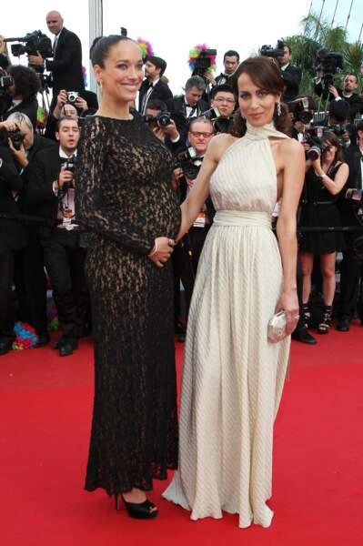 Carmen Chaplin enceinte en robe en dentelle avec sa sœur Dolores Chaplin à Cannes en 2012.