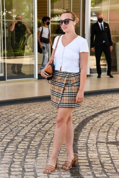 Look discret pour Chloe Jouannet en petit haut blanc et jupe courte.