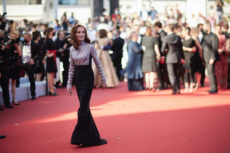 Sublime Isabelle Huppert, habituée de Cannes et des photographes.