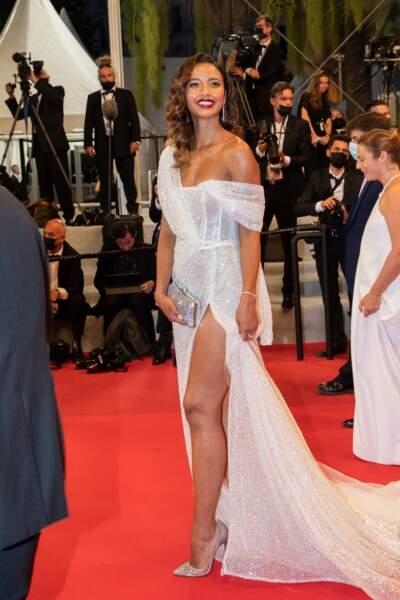 Flora Coquerel sublime sur le tapis rouge en robe Dresnusha Xharra et des escarpins Louboutin au 74ème Festival International du Film de Cannes