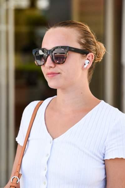 Même avec ses épaisses lunettes de soleil et un petit haut blanc tout simple, Chloé Jouannet ne passe pas inaperçue.