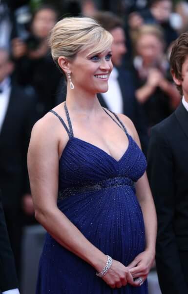 Reese Witherspoon enceinte et glamour en robe bleu nuit au festival de Cannes en mai 2012