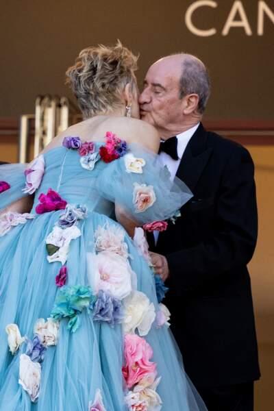 Pierre Lescure semblait particulièrement ému d'embrasser Sharon Stone en haut des marches du Palais des Festivals ce 14 juillet 2021