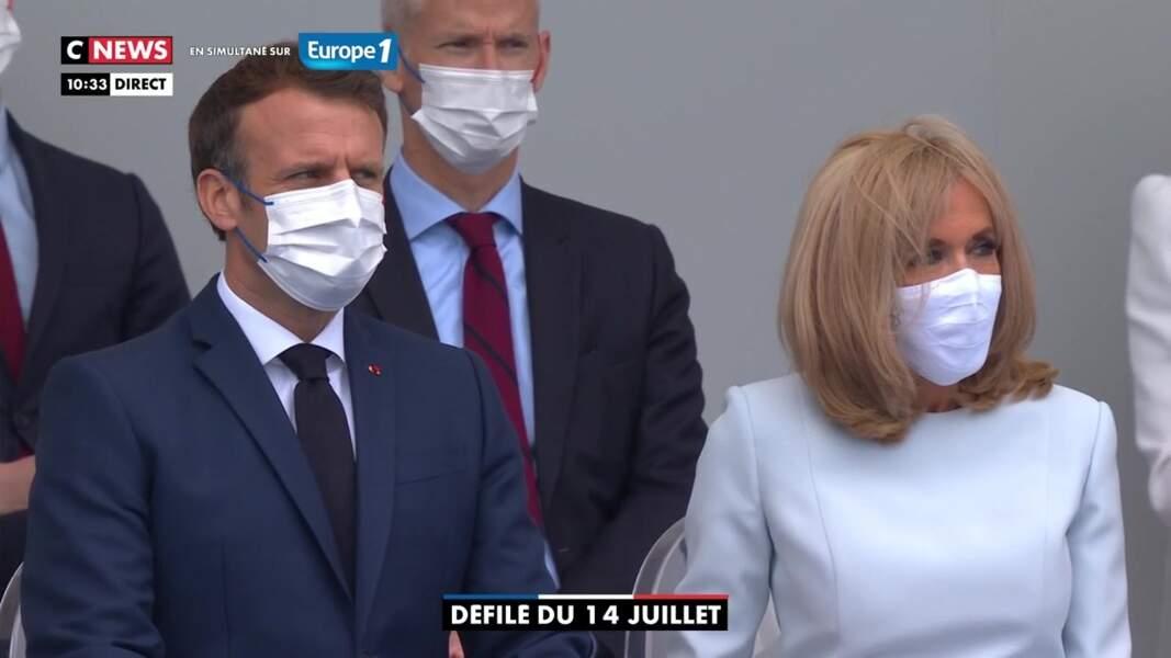 Emmanuel et Brigitte Macron dans la tribune présidentielle pour le défilé du 14 juillet 2021.