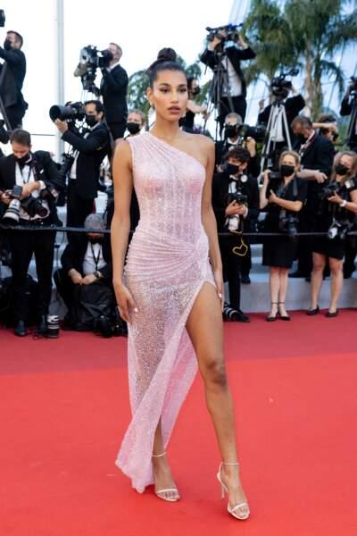 Le mannequin Chiara Sampaio sur le tapis rouge du Festival de Cannes le 14 juillet 2021