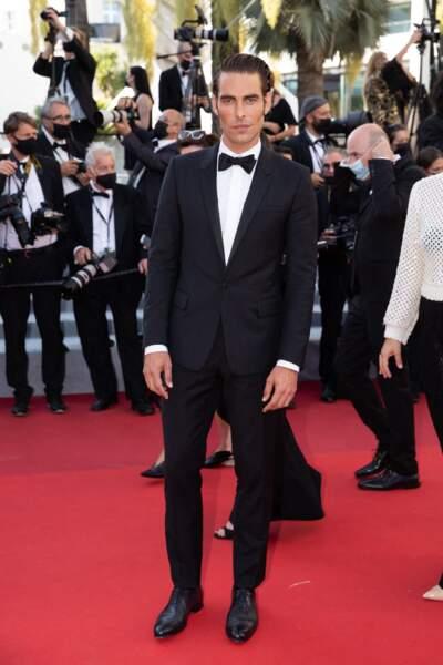 Le mannequin Jon Kortajarena sur le tapis rouge du Festival de Cannes le 14 juillet 2021