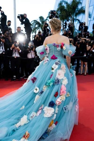 Grande habituée du Festival de Cannes, Sharon Stone a ravi les photographes des deux côtés du tapis rouge ce 14 juillet 2021